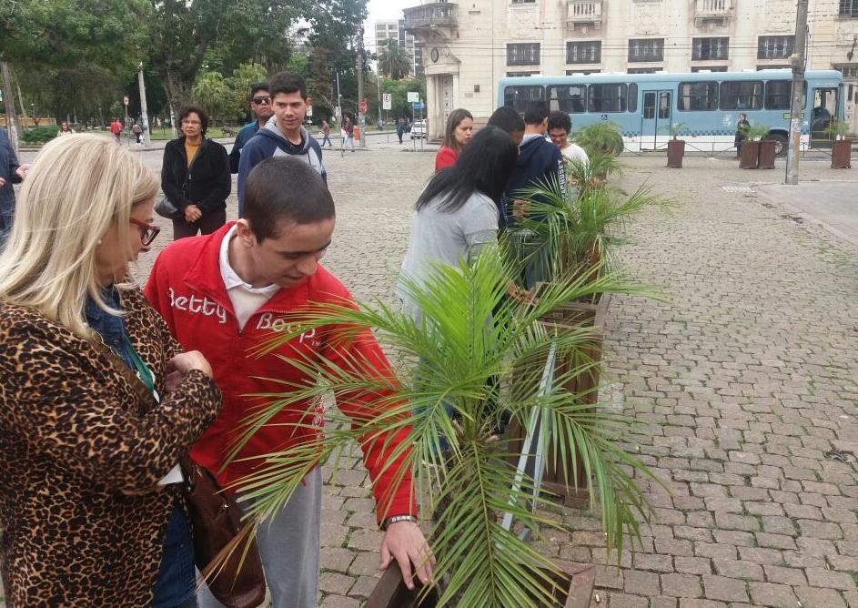 Alunos da Louis Braille fazem tour por Pelotas