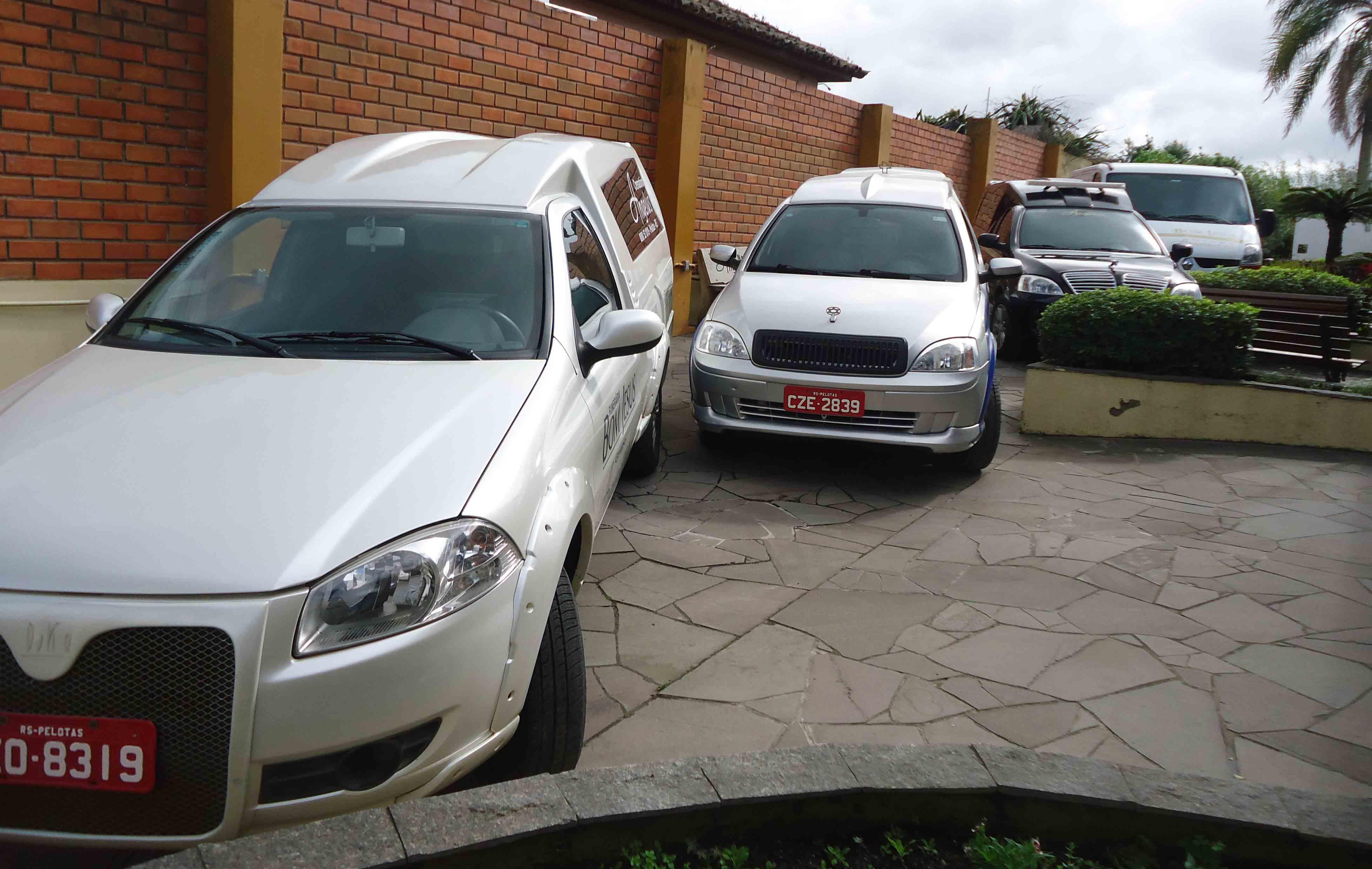 foto 01 varias carros na frente das Capelas  Velatórias
